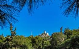 Witte Kapel van Heilige George op Mont Lykabettos met blauwe hemel, Athene stock afbeeldingen