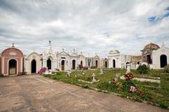 Witte kapels in een begraafplaats Stock Fotografie