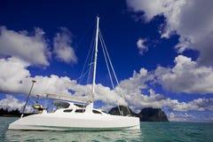 Witte Katamaran op water Royalty-vrije Stock Afbeelding