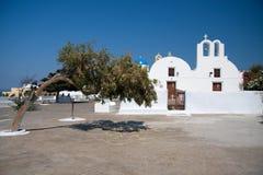 Witte kerk en olijfboom Santorini, Griekenland Stock Afbeelding