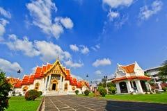 Witte kerk met blauwe hemel Stock Afbeeldingen
