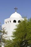 Witte kerk met kruis Stock Foto's