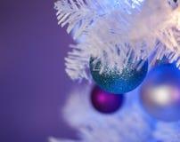 Witte Kerstboom met blauwe lichten, witte lichten, turkoois ornament vooraan royalty-vrije stock afbeelding