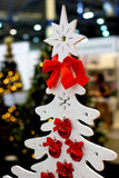 Witte Kerstboom met rode ballen Royalty-vrije Stock Afbeeldingen