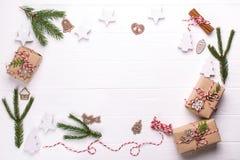 Witte Kerstmisachtergrond Kader met de dozeninzameling van de Kerstmisgift, decoratie en pijnboomboom, voor spot op malplaatjeont royalty-vrije stock fotografie