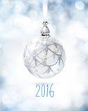 Witte Kerstmisbal op wit stock fotografie