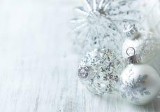 Witte Kerstmisballen Stock Afbeeldingen