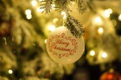 Witte Kerstmisballen met Kerstmisboom Stock Afbeeldingen