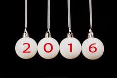 Witte Kerstmisballen op zwarte achtergrond met nieuw jaar 2016 Stock Fotografie