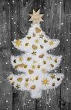 Witte Kerstmisboom van sneeuw die met gouden miniaturen wordt verfraaid Royalty-vrije Stock Afbeeldingen
