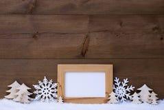 Witte Kerstmisdecoratie met Exemplaarruimte en Sneeuw Stock Foto