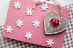 Witte Kerstmissneeuwvlokken en houten hartdecoratie op roze achtergrond De winterbehang Hoogste mening Stock Afbeelding