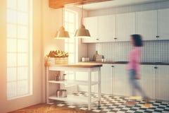 Witte keuken binnenlandse, betegelde vloer, gestemde kant Royalty-vrije Stock Afbeeldingen