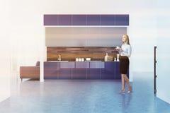Witte keuken binnenlandse, blauwe countertops, vrouw Stock Foto's
