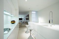 Witte keuken in eigentijds huis royalty-vrije stock afbeelding