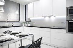 Witte keuken in eigentijds huis Stock Afbeelding