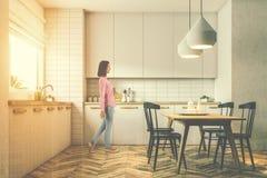 Witte keuken en eetkamer, vrouw Royalty-vrije Stock Foto's