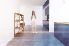 Witte keuken met grijze bar, vrouw Royalty-vrije Stock Afbeeldingen