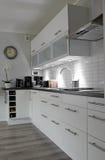 Witte keuken in verticale mening Stock Afbeelding
