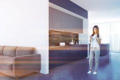 Witte keukenhoek, blauwe countertops, vrouw Stock Foto's