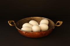 Witte kippeneieren in de pan Royalty-vrije Stock Afbeelding