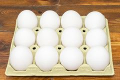 Witte kippeneieren in een kartondoos Royalty-vrije Stock Afbeelding
