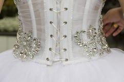 Witte kleding van de bruid - mening van de rug met het rijgen Stock Fotografie