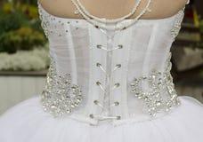 Witte kleding van de bruid - mening van de rug met het rijgen Stock Foto's