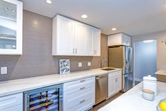Witte kleine keuken in moderne flat stock fotografie