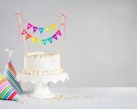 Witte kleurrijke bunting van de Verjaardagscake stock foto