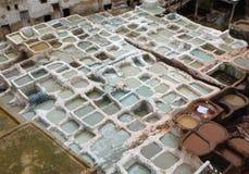 Witte Kleurstofkuilen van de Leerfabriek in Fez Stock Foto's