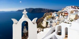 Witte klokketoren over de Middellandse Zee Stock Afbeeldingen
