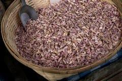Witte knoflookstapel in mand voor verkoop bij de Aziatische markt vers Stock Foto