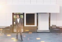 Witte koffie buiten met drie affiches, mens Royalty-vrije Stock Afbeelding