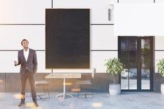 Witte koffie buiten met een affiche, zakenman Stock Afbeelding