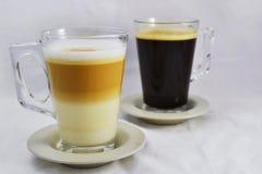 Witte koffie en zwarte - wit vooraan Royalty-vrije Stock Fotografie