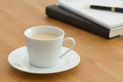 Witte koffiekop in bedrijfs het plaatsen stock foto