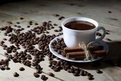 Witte Koffiekop en Schotel met Kaneel en Koffiebonen op Houten Lijst Stock Foto's