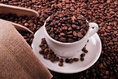 Witte koffiekop met van de bonenzak en lepel hoogste mening Royalty-vrije Stock Afbeeldingen