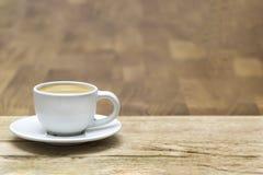Witte koffiekop op een houten lijst stock afbeelding