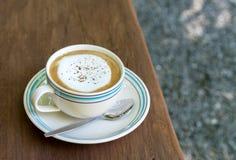 Witte Koffiekop op Houten Bureau Selectieve Nadruk royalty-vrije stock fotografie