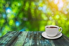 Witte koffiekop op uitstekende houten Stock Afbeelding