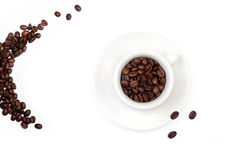 Witte koffiekop, volledig met koffiebonen royalty-vrije stock afbeelding