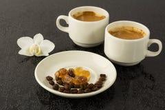 Witte koffiekoppen en witte orchidee Royalty-vrije Stock Foto's