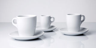 Witte koffiekoppen op witte achtergrond Stock Fotografie