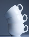 Witte koffiekoppen op zwarte Stock Afbeelding