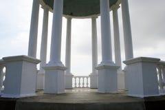 Witte Kolommen en grijze dag Royalty-vrije Stock Afbeeldingen