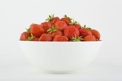 Witte kom met aardbeien Royalty-vrije Stock Afbeelding