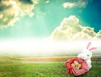 Witte konijn en eieren voor Pasen-Dag met uitstekend varkenskot als achtergrond Royalty-vrije Stock Afbeeldingen