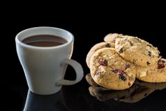 Witte kop donkere koffie en chocoladekoekjes op zwarte backgrou Royalty-vrije Stock Afbeeldingen